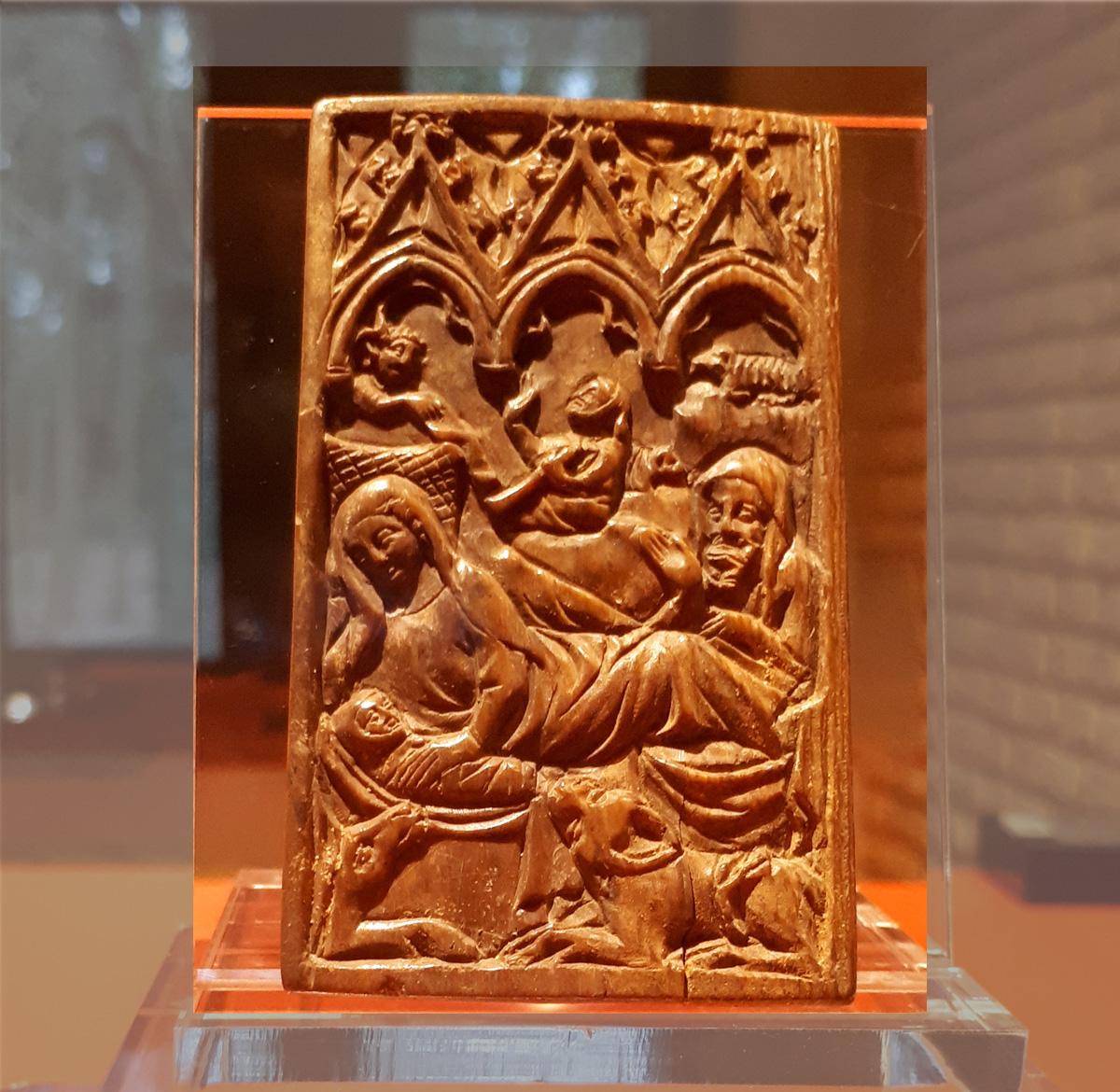 Tablette en bois de cerf. Scène de la Nativité ©asbl Gy Seray Boussu